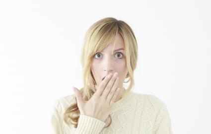 普通の差し歯で歯ぐきが黒ずむ2つの理由