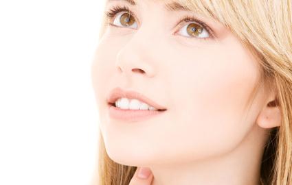 前歯の白い被せ物・差し歯は保険でもできる?